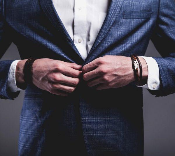 uomo fashion con gioielli_